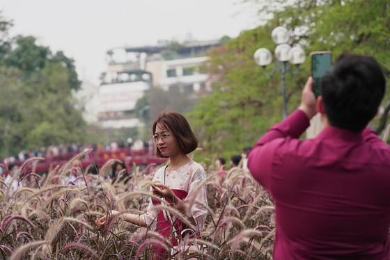 Hàng nghìn người du xuân ở hồ Hoàn Kiếm ảnh 19