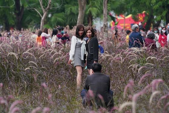 Hàng nghìn người du xuân ở hồ Hoàn Kiếm ảnh 20