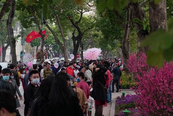 Hàng nghìn người du xuân ở hồ Hoàn Kiếm ảnh 6