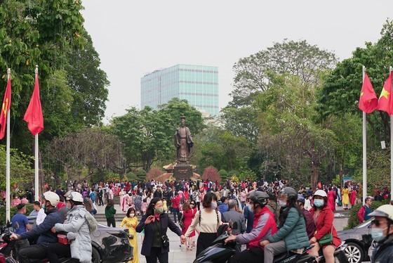 Hàng nghìn người du xuân ở hồ Hoàn Kiếm ảnh 1