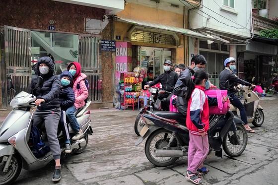 Học sinh Hà Nội đi học trở lại, giao thông ùn ứ cục bộ ảnh 11