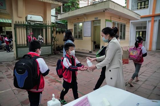 Học sinh Hà Nội đi học trở lại, giao thông ùn ứ cục bộ ảnh 1
