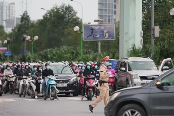 Học sinh Hà Nội đi học trở lại, giao thông ùn ứ cục bộ ảnh 18
