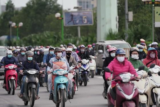 Học sinh Hà Nội đi học trở lại, giao thông ùn ứ cục bộ ảnh 19