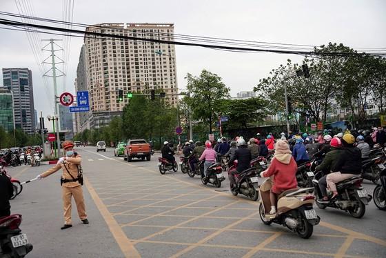 Học sinh Hà Nội đi học trở lại, giao thông ùn ứ cục bộ ảnh 21