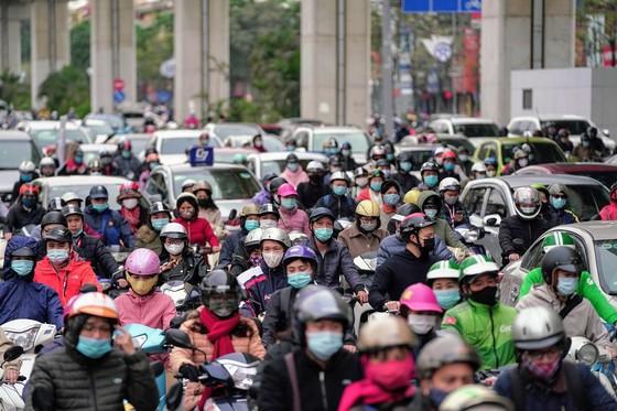 Học sinh Hà Nội đi học trở lại, giao thông ùn ứ cục bộ ảnh 16