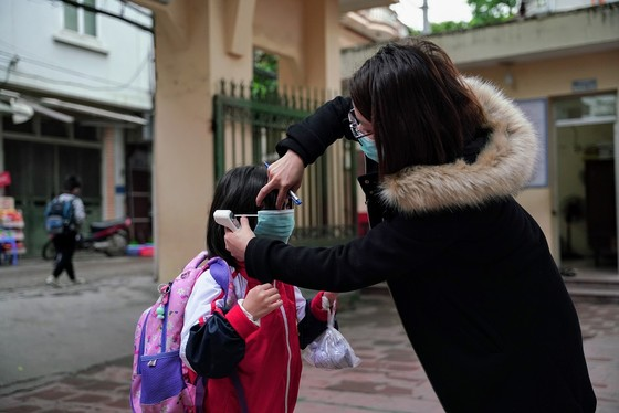 Học sinh Hà Nội đi học trở lại, giao thông ùn ứ cục bộ ảnh 5