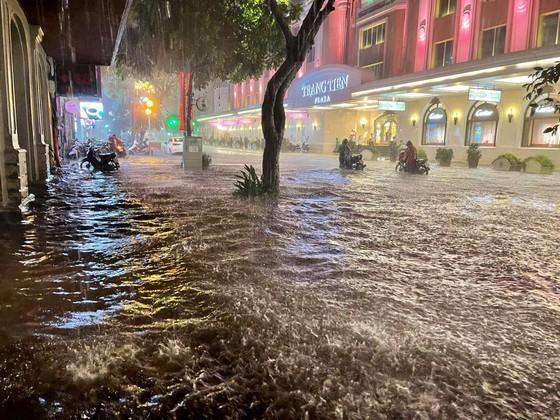 Mưa lớn, nhiều tuyến phố ở Hà Nội ngập sâu ảnh 1