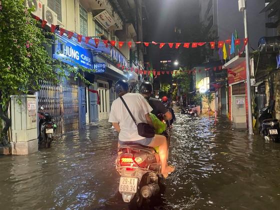 Mưa lớn, nhiều tuyến phố ở Hà Nội ngập sâu ảnh 4