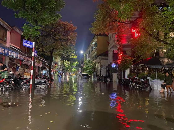 Mưa lớn, nhiều tuyến phố ở Hà Nội ngập sâu ảnh 6