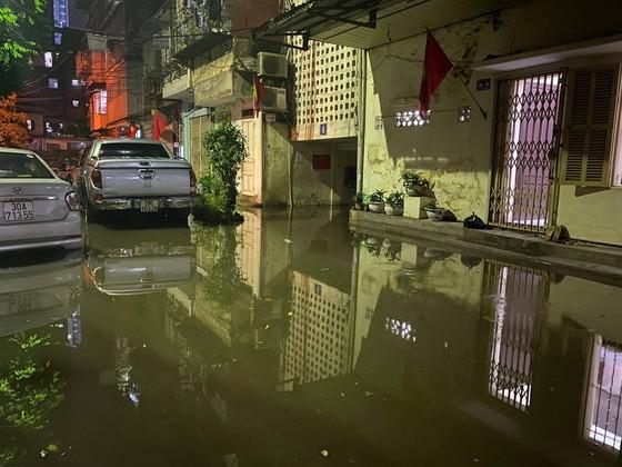 Mưa lớn, nhiều tuyến phố ở Hà Nội ngập sâu ảnh 7