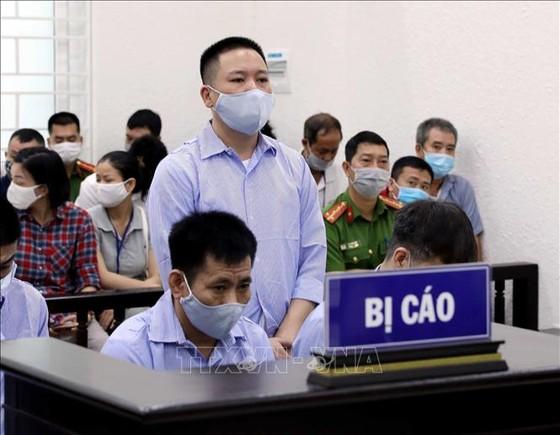 4 cựu cán bộ thanh tra giao thông hầu tòa vì 'bảo kê' cho logo xe vua ở Hà Nội ảnh 1