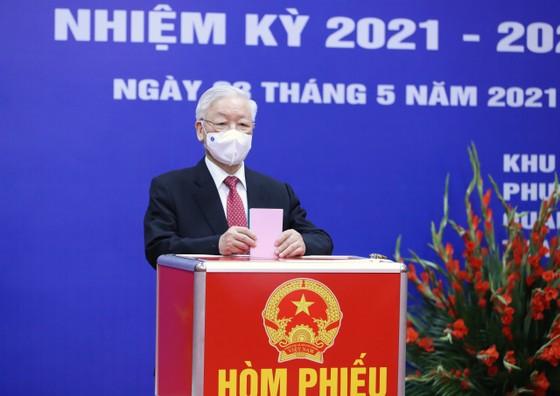 Cử tri Nguyễn Phú Trọng bỏ phiếu tại khu vực bầu cử số 4, phường Nguyễn Du, Hà Nội ảnh 5