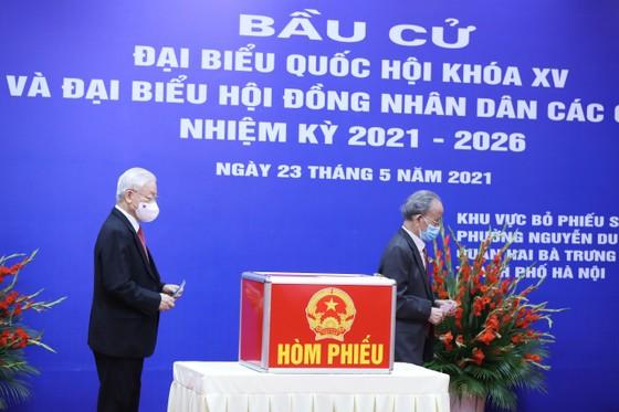 Cử tri Nguyễn Phú Trọng bỏ phiếu tại khu vực bầu cử số 4, phường Nguyễn Du, Hà Nội ảnh 4