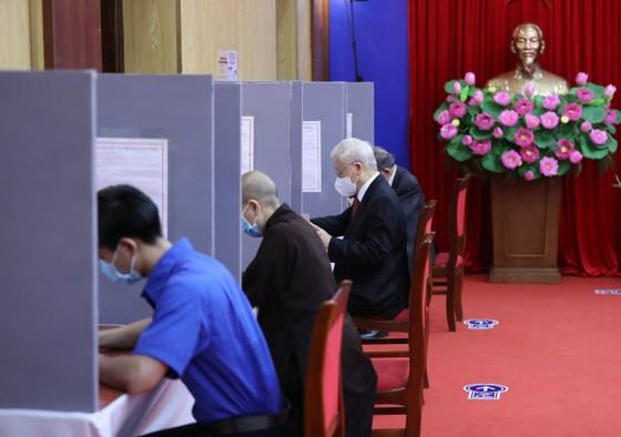 Cử tri Nguyễn Phú Trọng bỏ phiếu tại khu vực bầu cử số 4, phường Nguyễn Du, Hà Nội ảnh 2