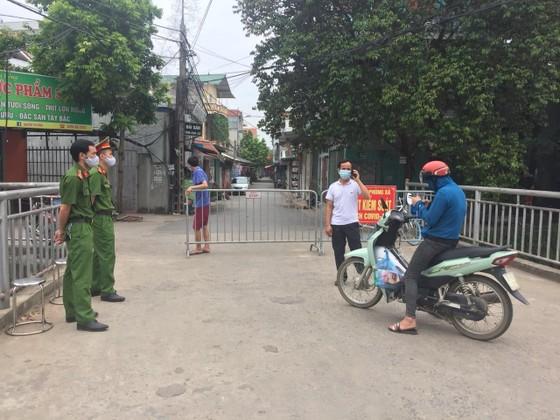 Hà Nội: Ra ngoài không cần thiết, 7 người dân bị phạt 14 triệu đồng ảnh 1