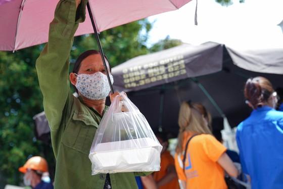 Suất cơm '0 đồng' cho người nghèo ở Hà Nội ảnh 12