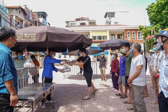 Suất cơm '0 đồng' cho người nghèo ở Hà Nội ảnh 1