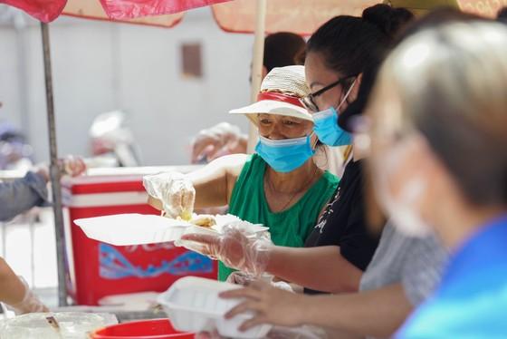Suất cơm '0 đồng' cho người nghèo ở Hà Nội ảnh 10