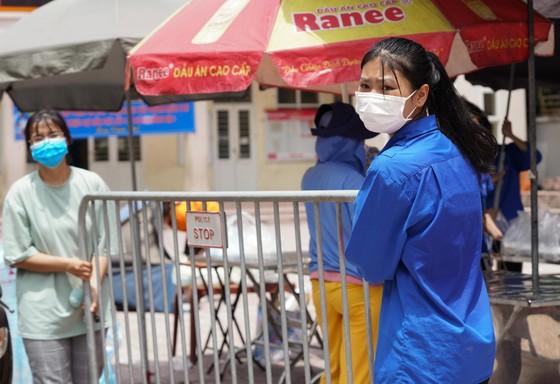 Suất cơm '0 đồng' cho người nghèo ở Hà Nội ảnh 15