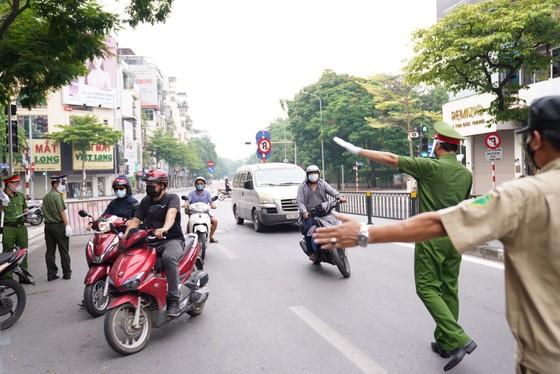 Nhiều lực lượng tham gia kiểm soát người ra đường trong thời gian giãn cách xã hội