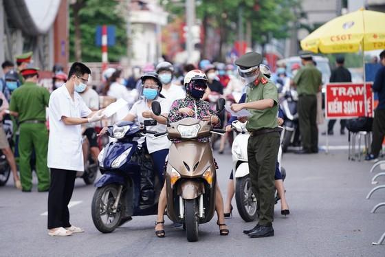 Ùn tắc khi qua chốt để vào 'vùng đỏ' ở Hà Nội ảnh 18