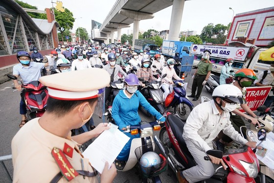 Ùn tắc khi qua chốt để vào 'vùng đỏ' ở Hà Nội ảnh 21
