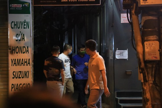 Nhiều lực lượng khám xét nhà cựu Trưởng Phòng Cảnh sát Kinh tế Hà Nội ảnh 1