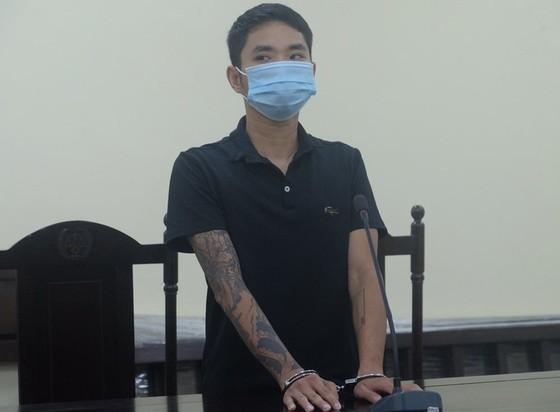 12 tháng tù giam cho thợ cắt tóc giật tóc cán bộ chốt kiểm soát ảnh 1