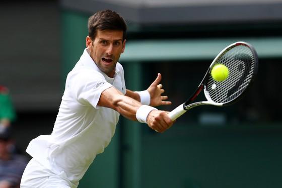 Đối thủ bỏ cuộc, Federer và Djokovic thoải mái vào vòng 2 ảnh 2