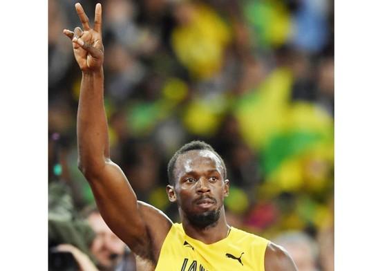 Usain Bolt kính cẩn chào khán giả hâm mộ