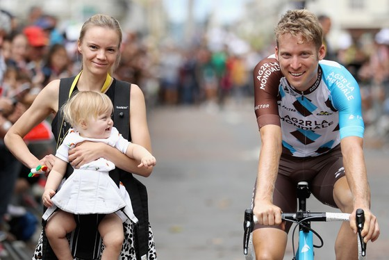 Jan Bakelants cùng với bạn gái và con gái ở Tour de France 2017