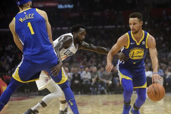 Stephen Curry (phải) dẫn dắt Warriors đến chiến thắng
