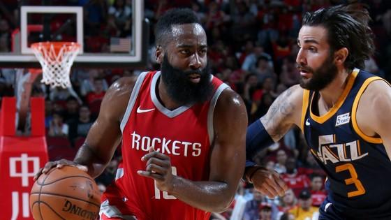 James Harden (trái) tỏa sáng, giúp Rockets giành chiến thắng