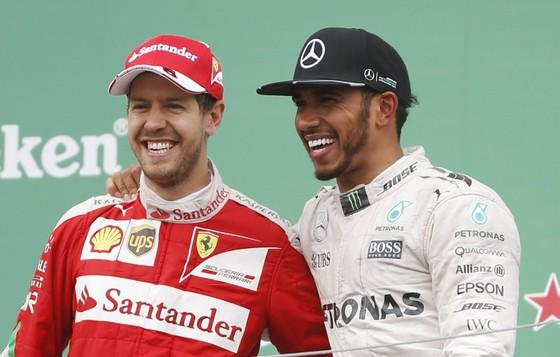 Lewis Hamilton (phải) và Sebastian Vettel