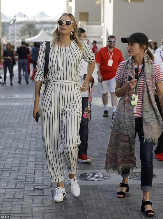 Sharapova rạng rỡ và thời trang ở Abu Dhabi Grand Prix ảnh 1