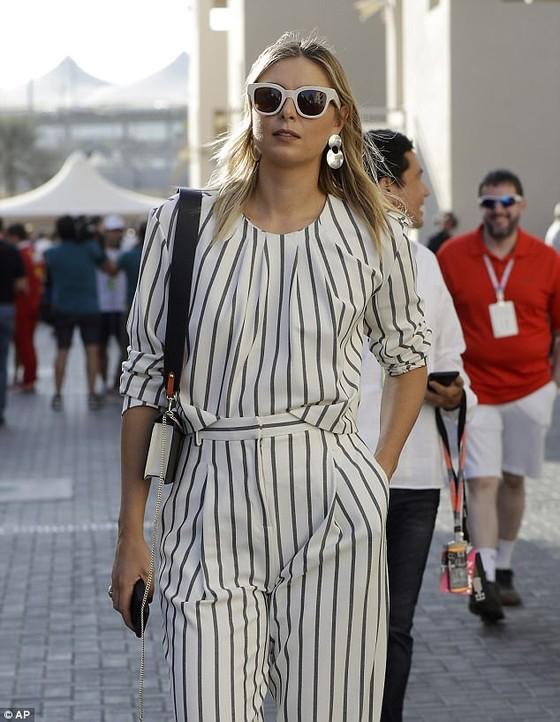 Sharapova rạng rỡ và thời trang ở Abu Dhabi Grand Prix ảnh 2