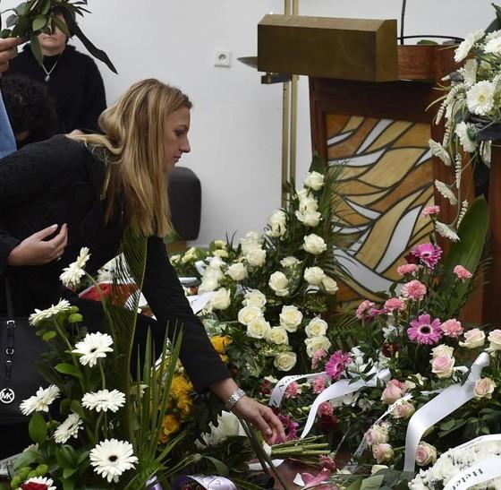 Hàng trăm người tiễn đưa Novotna về nơi an nghỉ cuối cùng ảnh 2