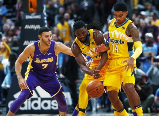 LA Lakers (trái) thua Nuggets vì không thể ghi điểm trong 4 phút cuối