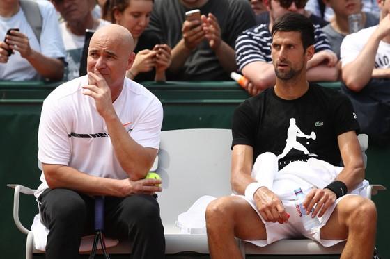 Andre Agassi (trái) và Novak Djokovic