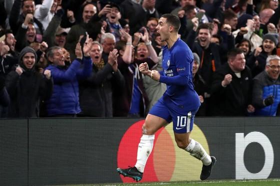 Eden Hazard ăn mừng sau khi giúp Chelsea có bàn gỡ hòa