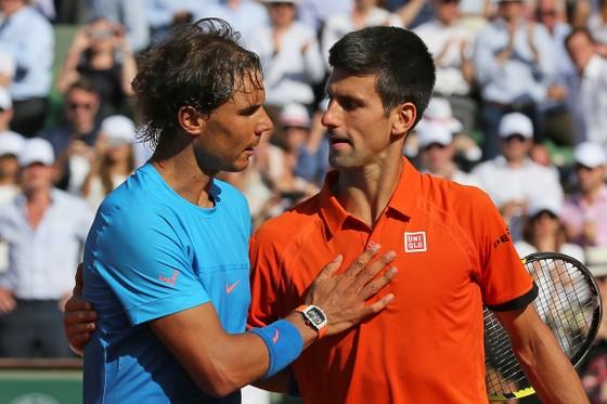 Rafael Nadal (trái) và Novak Djokovic