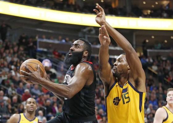 """James Harden (trái) là nhân tố giúp Rockets """"trên màu"""" Utah"""