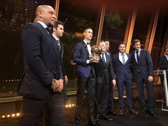 Tháp Eiffel và duyên nợ với Ronaldo, với thể thao ảnh 1