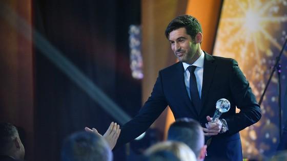 """HLV Paulo Fonseca trong buổi lễ nhận phần thưởng """"HLV xuất sắc nhất Ucraina"""""""