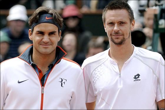 Soderling (phải) và Federer ở chung kết Roland Garros 2009