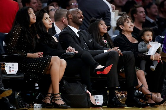 NBA 2017-2018: Warriors thắng kịch tính LA Lakers trong đêm vinh danh Bryant ảnh 1