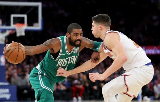 Kyrie Irving (trái) trong trận Celtics thua Knicks