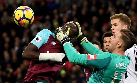 Thủ thành West Ham nhầm… cái đầu của đồng đội với quả bóng ảnh 1