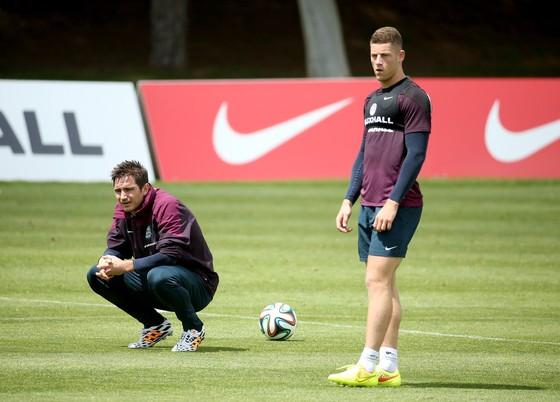 Lampard (trái) luôn quan tâm đến đàn em ở tuyển Anh là Barkley